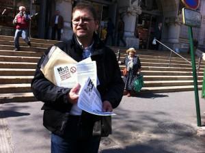 Reparto de folletos informando de los recortes en Valencia (14 de marzo de 2012)