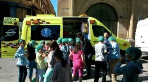 Ninos visitando una ambulancia