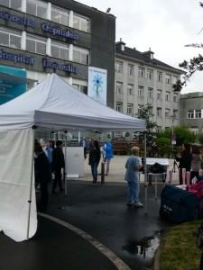 Preparando la Feria de los Cuidados frente al Hospital Donosti #xtusalud
